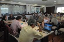 Palestrantes e público na sala de reuniões do Decanato do CTC. Fotógrafo Antônio Albuquerque. Acervo do Núcleo de Memória.