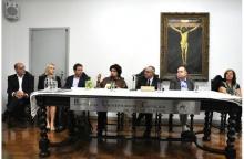 A Ministra Isabella Teixeira ao lado do Reitor Pe. Josafá S.J., na sala do Conselho Universitário. Fotógrafa Ana Carolina Nunes. Acervo Comunicar.