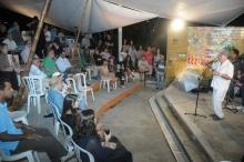 O Prof. Sergio Bruni, no centro da plateia de camisa verde, assiste ao cantador Chico Salles. Fotógrafo Antônio Albuquerque. Acervo do Núcleo de Memória.