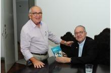 O Reitor Pe. Josafá S.J. e o Vice-Reitor Comunitário Prof. Augusto Sampaio. Fotógrafo Antônio Albuquerque. Acervo Núcleo de Memória.