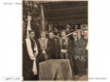 No evento solene, à esquerda, o Reitor Pe.Pedro Belisário Velloso S.J., o Prof. Pedro Calmon (Reitor Un.do Brasil) e o Padre Auguste Magne S.J. Fotógrafo desconhecido. Acervo Núcleo de Memória.