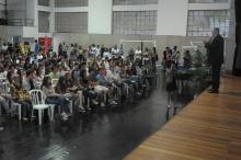 O Reitor Prof. Pe. Josafá Carlos de Siqueira S.J. profere palestra de boas-vindas aos novos alunos. Fotógrafo Antônio Albuquerque. Acervo do Núcleo de Memória.