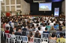 Apresentação do Reitor Prof. Pe. Josafá Carlos de Siqueira S.J. no Ginásio Poliesportivo. Fotógrafo Antônio Albuquerque. Acervo Núcleo de Memória.