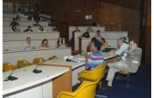 A Profa. Esther Brimmer durante a palestra. Ao seu lado o decano do CCS, Prof. Luiz Roberto Cunha (ECO) e o Prof. Paulo Esteves (IRI). Fotógrafo Antônio Albuquerque. Acervo Núcleo de Memória.