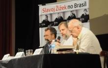 Mesa composta pelo prof. Paulo Fernando Carneiro de Andrade, Decano do CTCH, Zizek e Emir Sader. Fotógrafo Bruno Pereti. Acervo do Projeto Comunicar.