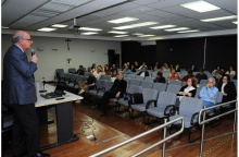 O palestrante, Prof. Arlindo Philippi Junior, no Auditório Padre Anchieta. Fotógrafo Antônio Albuquerque. Acervo Núcleo de Memória.