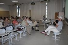 Professores e alunos do Departamento de História assistem à palestra do Prof. Otavio Leonídio. Fotógrafo Antônio Albuquerque. Acervo do Núcleo de Memória.