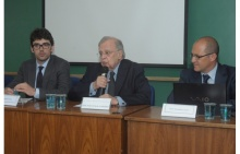 Os professores Cláudio Flores (UFRJ), Pedro Paulo Cristófaro (JUR) e Fernando Cascón (Univ. de Salamanca), no Auditório B6.  Fotógrafo Antônio Albuquerque. Acervo Núcleo de Memória.