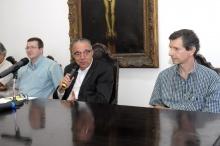 O Prof. Welles Morgado, o Reitor Prof. Pe. Josafá S.J. e o Prof. Antônio Carlos Bruno. Fotógrafo Antônio Albuquerque. Acervo do Núcleo de Memória.