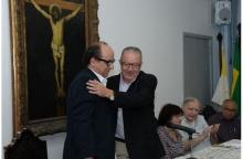 O Reitor Pe. Josafá S.J. cumprimenta o Prof. Luiz Camillo Osório. Fotógrafo Antônio Albuquerque. Acervo Núcleo de Memória.