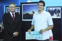 Prêmio pelo primeiro lugar no concurso Um novo clique, do Jornal O Globo, entregue a Felipe Fittipaldi. Fotógrafo Bruno Pereti. Acervo do Projeto Comunicar.