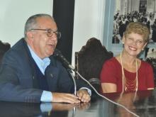 Ao lado da profa. Malvina Tuttman, o Reitor Prof. Pe. Josafá S.J. fala durante o evento. Acervo do Projeto Comunicar.