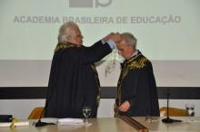 O Prof. Pe. Pedro Guimarães S.J. é empossado pelo Prof. Carlos Alberto Serpa, Presidente da FUNDAÇÃO CESGRANRIO. Fonte: divulgação.