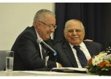 O Reitor Prof. Pe. Josafá S.J. cumprimenta o Prof. Ivo Pitanguy. Fotógrafo Antônio Albuquerque. Acervo Núcleo de Memória.