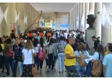 Movimentação dos alunos de ensino médio nos pilotis do Edifício da Amizade. Fotógrafo Antônio Albuquerque. Acervo Núcleo de Memória.