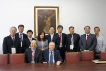 O Vice-reitor Prof. Pe. Ivern Simó S.J. e a comitiva da Universidade de Taiwan. Fotógrafo Antônio Albuquerque. Acervo do Núcleo de Memória.