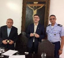 O Vice-Reitor Comunitário prof. Augusto Sampaio e o Vice-Reitor Pe. Álvaro Pimentel S.J. recebem do representante do Projeto Rondon a medalha do cinquentenário do Projeto. Foto: Facebook do Projeto Rondon.
