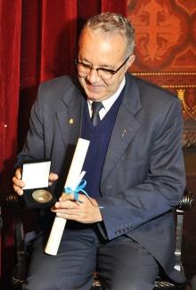 O Prof. Pe. Josáfa S.J. com medalha e o diploma de Sócio Benemérito.  Fotografa Carol Lucchetti. Acervo do Projeto Comunicar.