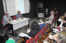 O Prof. Arthur Dapieve e o jornalista Paulo Roberto Pires em um dos debates. Fotógrafo Antônio Albuquerque. Acervo do Núcleo de Memória.