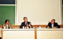 Na mesa o Prof. Luiz Felipe Guanaes, o Embaixador André Aranha Corrêa do Lago e o Reitor Prof. Pe. Josafá Carlos de Siqueira S.J. Fotógrafa Cynthia Salles. Acervo do Projeto Comunicar.