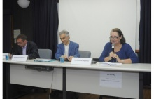 Mesa com os professores Massimiliano Marianelli (Universidade de Perugia) e Emannuel Gabellieri (Universidade Católica de Lyon) e Maria Clara Bingemer (TEO). Fotógrafo Antônio Albuquerque. Acervo Núcleo de Memória.