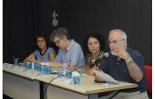 Mesa com os professores Ângela Paiva (CIS), Maria Ligia Barbosa (UFRJ), Sarah Telles (CIS) e Roberto DaMatta (CIS) na sala K102. Fotógrafo Antônio Albuquerque. Acervo Núcleo de Memória.