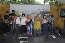 Músicos e cantores juntos no encerramento da apresentação. Fotógrafo Antônio Albuquerque. Acervo do Núcleo de Memória.