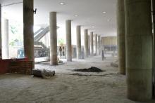 Parte do novo piso já instalado e parte do piso antigo próximo aos elevadores do bloco D. Fotógrafo Antônio Albuquerque. Acervo do Núcleo de Memória.