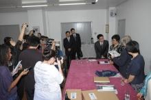 O Vice-reitor Prof. Padre Ivern Simó S.J. entregou presentes à Vice-Ministra Li Weihong.  Fotógrafo Antônio Albuquerque. Acervo do Núcleo de Memória.