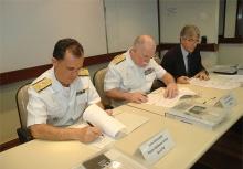 Prof. Ricardo Bergmann e representantes da Marinha do Brasil no momento da assinatura do acordo. Fotógrafo Antônio Albuquerque. Acervo do Núcleo de Memória.