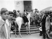 Revolucionários Gaúchos amarram seus cavalos no Obelisco da Av.Rio Branco, no centro do Rio de Janeiro.