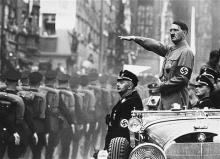 Adolf Hitler inspeciona as tropas alemãs.