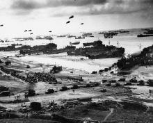 Tropas aliadas desembarcam na Normandia.