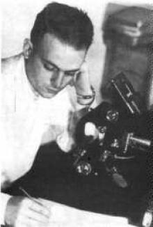 César Lattes em seu laboratório.