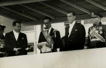 Jânio Quadros lê o discurso de posse entre Juscelino Kubitschek e João Goulart.