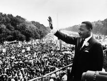 Martin Luther King discursa para a multidão.