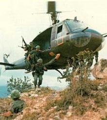 Helicóptero norteamericano desembarca tropas no Vietnã do Norte.