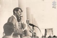 Robert Kennedy discursa na inauguração do busto de John Kennedy nos pilotis da Ala Kennedy.