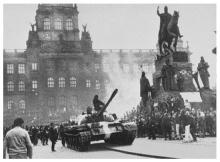 Os tanques soviéticos na Vaclav Namésti, em Praga.