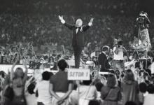 Frank Sinatra canta para 175 mil pessoas no Maracanã.
