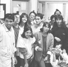 Uma das primeiras equipes de estagiários festeja o primeiro aniversário do Projeto, em 1988. Fonte: Jornal da PUC, 07/12/2007