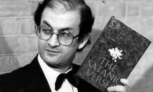 Salman Rushdie segura a edição inglesa de