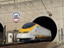 Trem atravessa o Eurotunel.