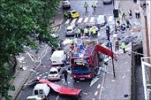 Ônibus atingido por uma das explosões produzidas pelo atentado terrorista de 2005 em Londres.