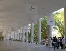 Banners no pilotis do Edifício da Amizade. Fotografia de Nilo Lima.