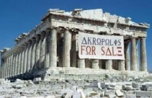 Na Acrópole, a faixa alusiva à crise financeira.