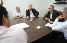 O Reitor e demais participantes na reunião para assinatura do contrato. Fotógrafo Weiler Finamore Filho. Acervo do Projeto Comunicar.