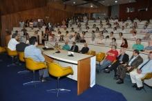 O Auditório do RDC lotado para a comemoração dos 50 anos da Pós-Graduação na PUC-Rio. Fotógrafo Antônio Albuquerque. Acervo do Núcleo de Memória.