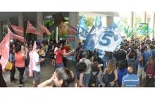Manifestações nos pilotis do Edifício da Amizade. Fotógrafo Antônio Albuquerque. Acervo Núcleo de Memória.