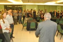 O Reitor Prof. Pe. Josafá S.J. comemora a criação do Departamento de Arquitetura e Urbanismo. Fotógrafo Pedro Myguel. Acervo Projeto Comunicar.
